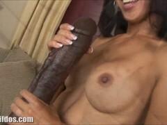 Kõhn Asian babe with big tits, rammed ise suur dildo põrandal